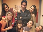 Fiuk comemora aniversário em festa rodeado de mulheres