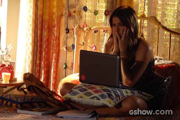 Luiza fica frustrada após a conversa com a avó (Foto: Em Família / TV Globo)