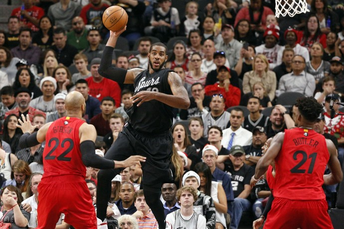 LaMarcus Aldridge teve atuação importante na vitória sobre os Bulls (Foto: Reuters)