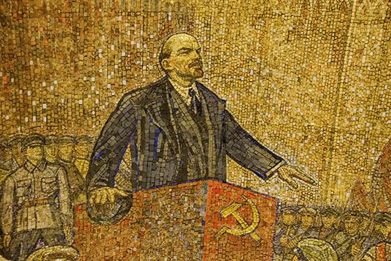 """Inaugurada em 1952, o teto da estação de metrô """"Komsomolskaya"""" expõe um enorme mosaico com a figura do líder comunista Vladimir Lenin (Foto: © Haroldo Castro/ÉPOCA)"""