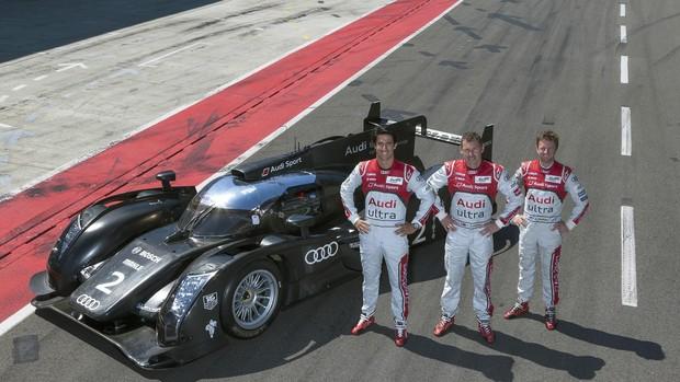 Lucas di Grassi com os companheiros Allan McNish and Tom Kristensen ao lado do Audi R18 TDI (Foto: Divulgação)