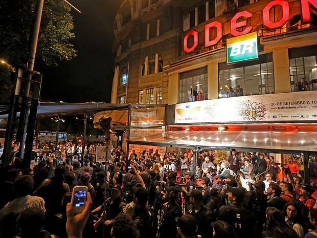 Manifestantes que ocupavam as escadarias da Câmara de Vereadores fazem ato contra o Festival do Rio (Foto: Fabio Motta/ Agência Estado)