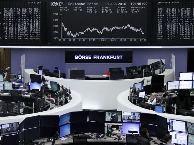 Operadores trabalham na bolsa de Frankfurt, na Alemanha, nesta quinta-feira (11) (Foto:  REUTERS/Staff/Remote)