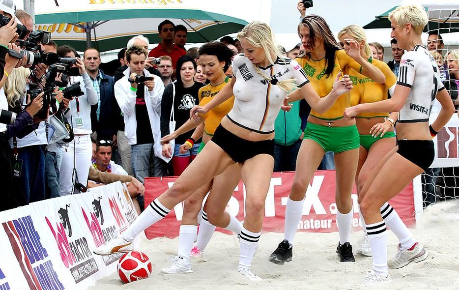 ec362eeec0eee Globoesporte modelos jogam futebol na areia fotos em copa do mundo jpg  934x590 Pelada gostosas jogando