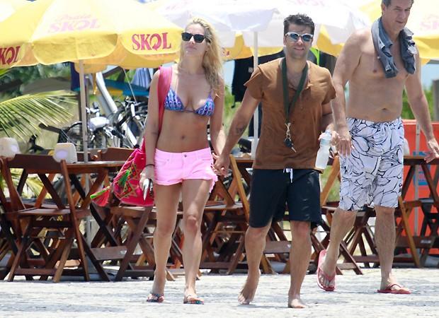 O casal deixa a praia da Barra da Tijuca (Foto: AG News)