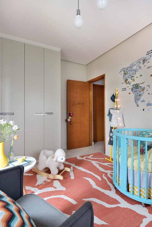 O armário já pertencia ao acervo da família, mas com portas roxas. Para aproveitá-lo, Ana trocou as portas por peças em MDF e laminado na cor cinza Polar 45, da Pertech (Foto: Sidney Doll/Divulgação)
