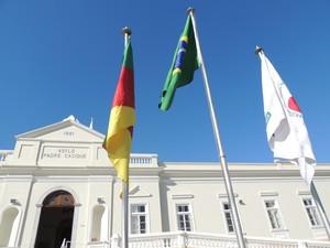 Bandeiras hasteadas no pátio em frente ao asilo em Porto Alegre (RS) (Foto: Rafaella Fraga/G1)