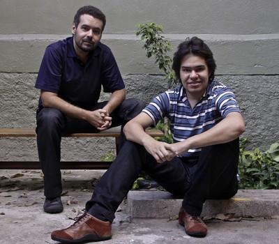 Wagner Martins e Rodolfo Mieskalo nos fundos da casa que abriga o escritório da 301.yt (Foto: Vanessa Costa)