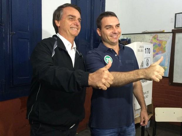 Candidato chegou ao local de votação acompanhado do pai, o deputado federal Jair Bolsonaro (Foto: Fernanda Rouvenat / G1 Rio)