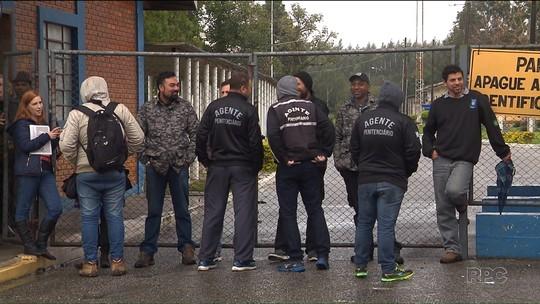 Agentes penitenciários protestam e impedem a entrada de visitas para presos da Lava Jato no Paraná