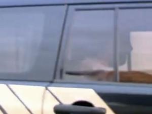 André Esteves deixou a prisão em um carro da Polícia Federal (Foto: Reprodução / Globo)