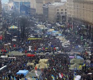 Milhares de manifestantes lotam a Praça da Independência, em Kiev, para protestar contra a política de aproximação do governo ucraniano com a Rússia em detrimento da adesão à UE (Foto: AP Photo/Sergei Grits)