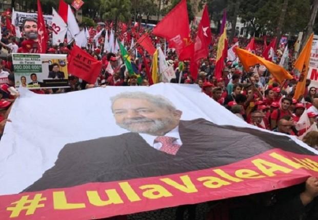 Militantes do PT em ato de apoio ao ex-presidente Lula no Centro de Curitiba (Foto: Reprodução Facebook/PT)