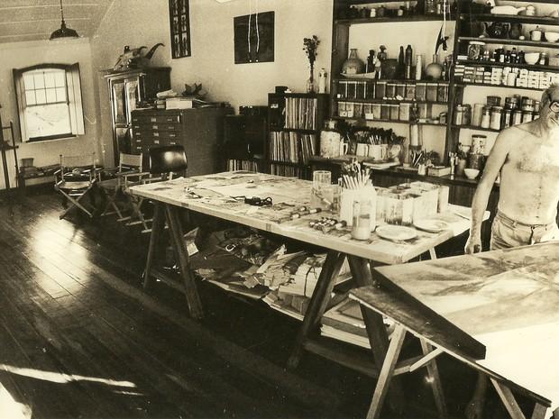 Carlos Scliar na casa, hoje onde funciona o Instituto que leva o nome do artista. (Foto: Divulgação / Instituto Carlos Scliar )