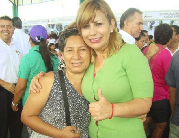 Em troca de votos, Susana Hurtado Vallejo (direita) tem distribuído brindes curiosos  (Foto: Reprodução/Facebook/Susana Hurtado Vallejo)