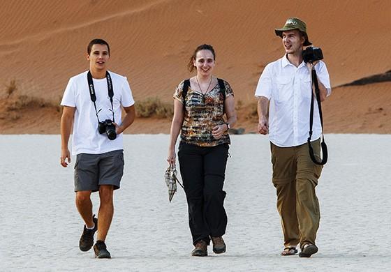 """Os irmãos Alain e Julie Coimbra e o primo Axel Katz caminham de volta ao centro de Deadvlei depois da """"caçada fotográfica"""" à hiena-marrom  (Foto: © Haroldo Castro/ÉPOCA)"""