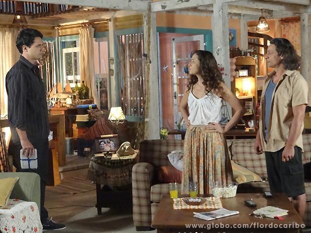 Lipe e Marizé escutam briga pela janela (Foto: Flor do Caribe / TV Globo)