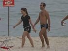 Roger Flores curte tarde de sol na praia com a filha