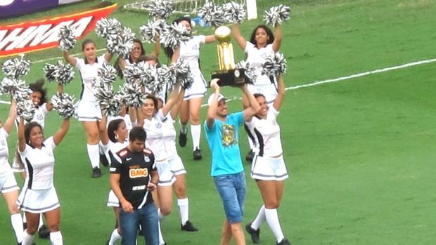 Edu Dracena e a taça da Recopa, Santos e Internacional (Foto: Marcelo Hazan / Globoesporte.com)