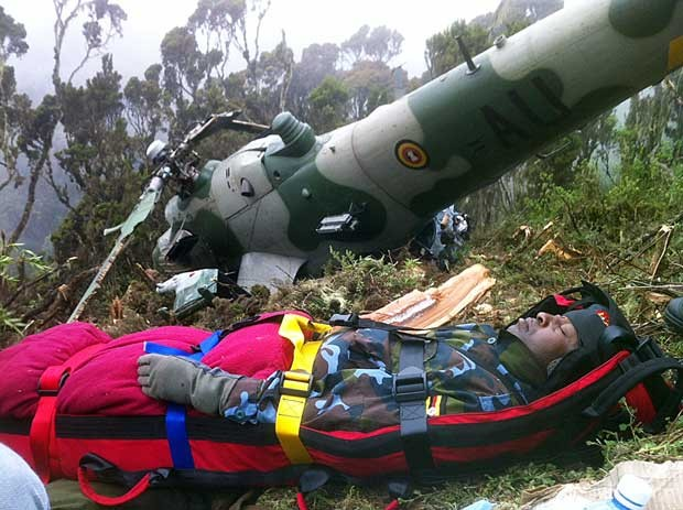 Chris Kasaija, piloto sênior da Força Aérea da Uganda, é resgatado nesta terça (14) em Nanyuki após a queda de seu helicóptero (Foto: AFP)