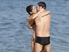 Daniel Oliveira e Sophie Charlotte trocam beijos e carinhos em praia
