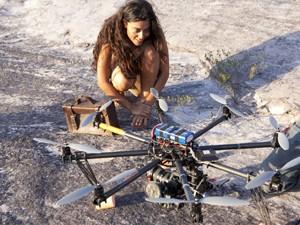 Juliana Paes se encanta com aeromodelo usado nas gravações (Foto: Gabriela / TV Globo)