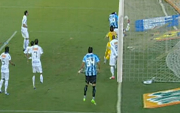 Lance polêmico entre Santos e Grêmio. Bola já tinha entrado (Foto: Reprodução SporTV)