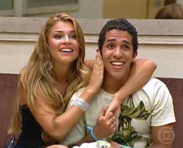 Grazi Massafera na final do BBB5, com Jean (Foto: Estrelas/TV Globo)