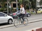 Depois de multa em blitz da lei seca, Julia Lemmertz anda de bicicleta
