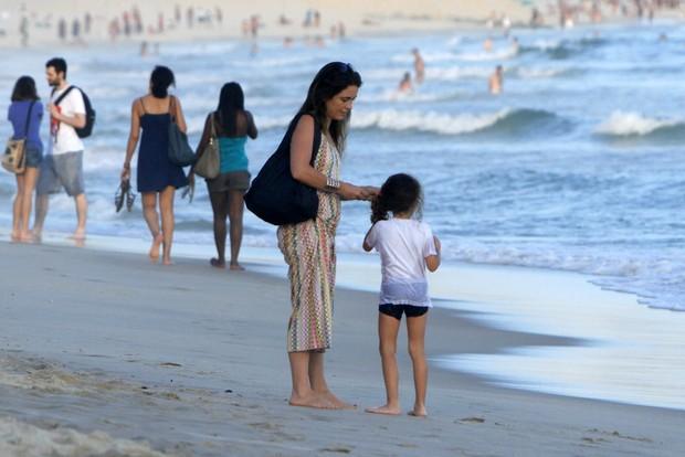 Claudia Abreu passeia com um das filhas (Foto: FotoRioNews)