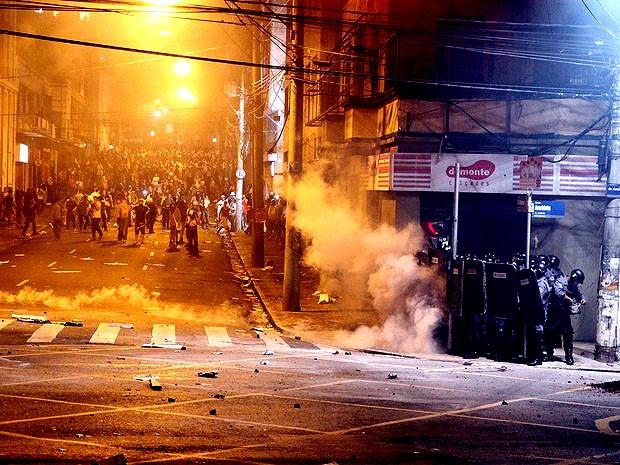 Policiais enfentam grupo de manifestantes durante os protestos em Campinas (Foto: Gustavo Magnusson / G1)