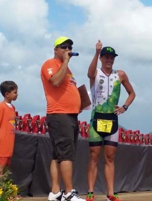 Marcus Fernandes é cumprimentado após vencer 24ª edição do Triathlon de Santos (Foto: Divulgação / Gabriela Micheleto)