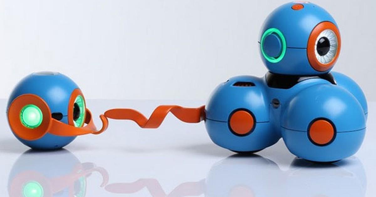 Robô controlado pelo iPad brinca com crianças