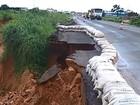 Chuva continua e cratera aumenta em trecho da BR-020, no oeste da Bahia