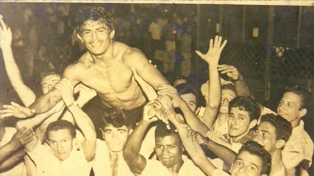 Após vencer cigano, Jairo é carregado pelo público (Foto: Arquivo Pessoal)