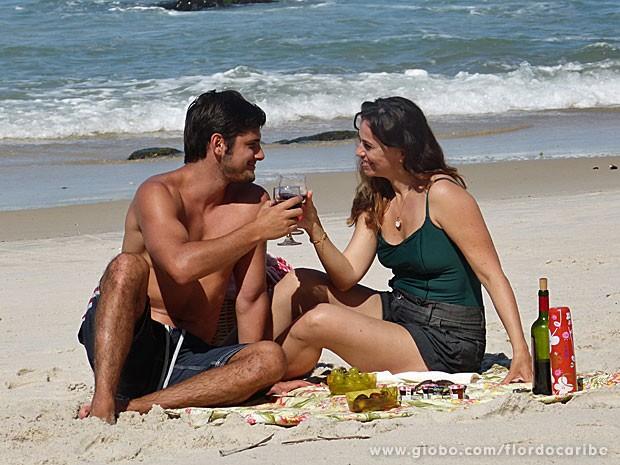Casal brinda em clima de romance (Foto: Flor do Caribe / TV Globo)