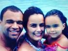 Luciele Di Camargo curte piscina com a família e diz: 'Felicidade'