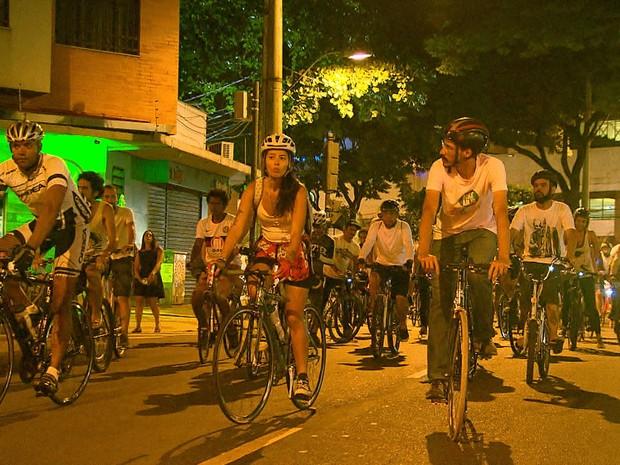 Grupo faz ato em homenagem a ciclista morto após ser atropelado por ônibus na Savassi, em BH (Foto: Reprodução/ TV Globo)