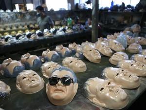 máscaras de carnaval do 'Japonês da Federal', o agente Newton Ishii, da PF, produzidas na fábrica Condal, em São Gonçalo, no Grande Rio, em foto de janeiro deste ano (Foto: Fábio Motta/Estadão Conteúdo/Arquivo)
