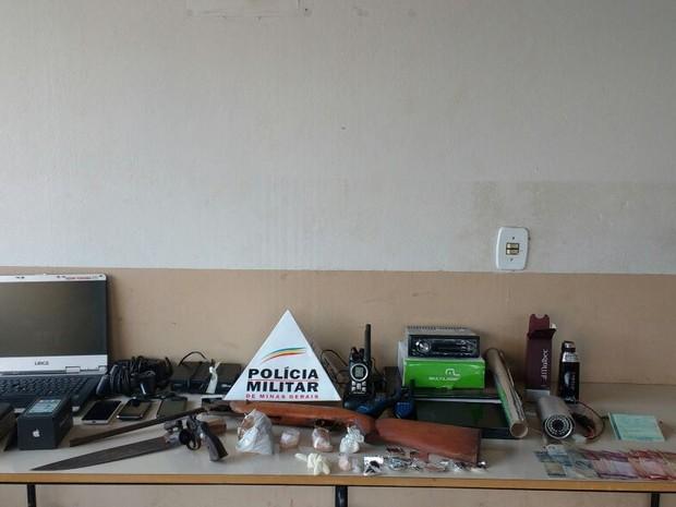 Drogas, som automotivo e armas de fogo foram alguns dos materiais apreendidos em Ituiutaba (Foto: Polícia Militar/Divulgação)