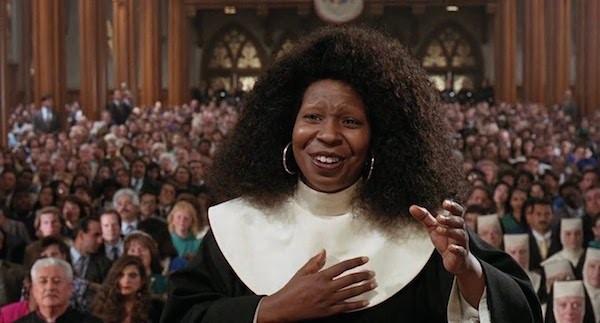 A atriz Whoopi Goldberg em cena de 'Mudança de Hábito' (1992) (Foto: Reprodução)