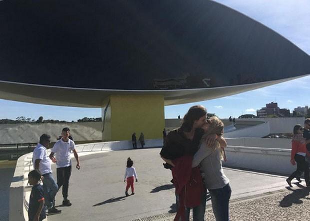 Letícia Spiller ganha beijo de namorado em viagem para Curitiba