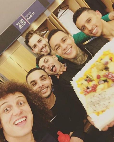 BLOG: Parabéns, Van der Wiel! David Luiz participa de festa do holandês