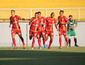 Jogadores do Galvez comemoram gol (Foto: João Paulo Maia)
