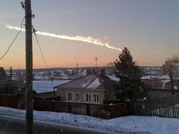 Meterorito atingiu cidade na Rússia nesta sexta-feira (15) deixando ao menos 500 pessoas feridas (Foto: AP Photo/ Nadezhda Luchinina/E1.ru)