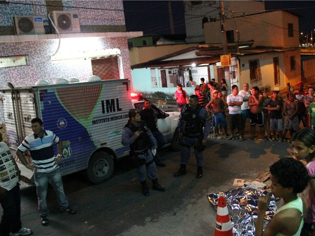Homem morreu o despencar de altura de 8 metros, no bairro São Jorge, em Manaus (Foto: Marcos Dantas/G1 AM)