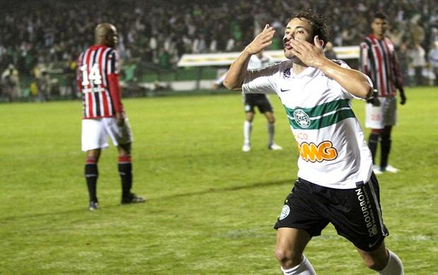Everton Ribeiro comemora gol do Coritiba contra o São Paulo (Foto: Franklin de Freitas / Ag. Estado)