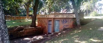 Após denúncia de descaso, banheiro público é demolido (Edijan Del Santo/EPTV)