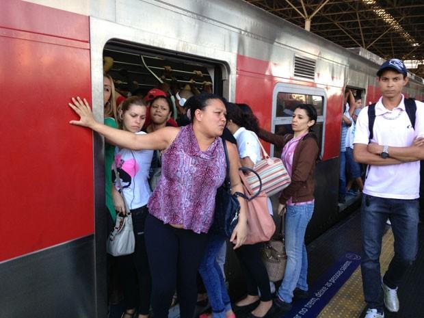 Doméstica desistiu de embarcar em trem da Linha 11- Coral (Foto: Letícia Macedo/ G1)