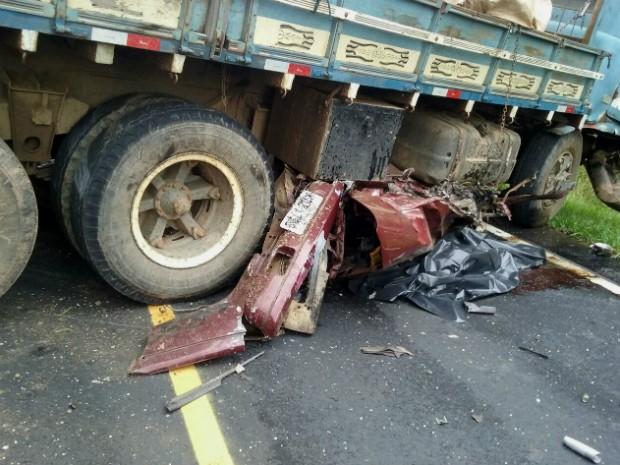 Automóvel ficou destruído com a batida contra o caminhão; por causa do acidente, trecho ficou interditado por três horas (Foto: PRE / Divulgação)